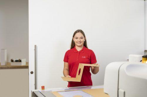 Laura Steinhauser macht die Arbeit mit Papier und Karton sichtlich Spaß. Rondo Ganahl/M. Weissengruber