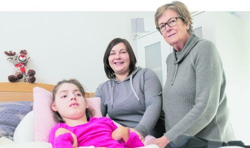 """""""Ma hilft"""" bringt Menschen mit einem schweren Schicksal Erleichterung. Marlies Müller auf Besuch bei der Familie Bischof in Meiningen, für die """"Ma hilft"""" ein behindertengerechtes Auto mitfinanzierte."""