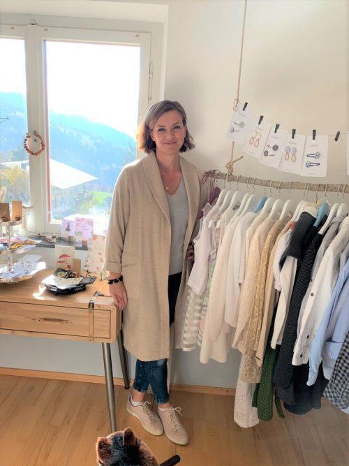 Maja Leitinger bietet in ihrem Secondhandladen neben Kleidung auch regionale Kostbarkeiten an.kg