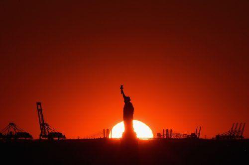 Malerisch: Der Sonnenuntergang taucht die Freiheitsstatue in New York in ein besonderes Licht. AFP