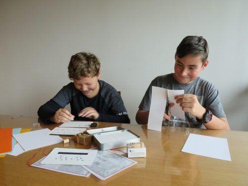 Manuel und Niklas basteln Weihnachtskarten. Worf