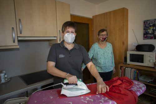 Maria-Luise Winsauer ist froh, dass ihr Mohi-Helferin Karin Gmeiner einen Teil der Hausarbeiten abnimmt. VN/Roland Paulitsch