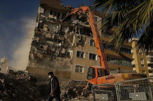 Mehr als 100 Menschen konnten lebend aus den Trümmern gerettet werden. AP