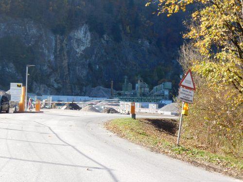 Der Fuß- und Radweg führt mitten durch das Betriebsgelände. Mäser