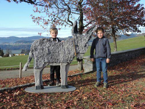 Nelio und Noah erwarten schon gespannt die Geschichte vom kleinen Esel. ME/2