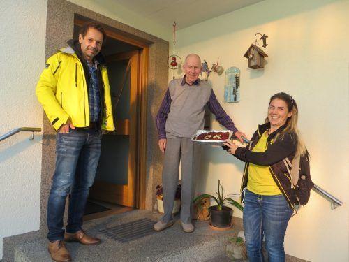 Obmann Markus Hoch und Iris Sauer gratulieren dem ältesten SV-Götzis-Mitglied Emil Marte zum Geburtstag. Skiverein Götzis