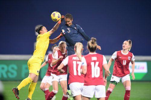 ÖFB-Torfrau Manuela Zinsberger zog beim 0:1 gegen Wendie Renard den Kürzeren.gepa