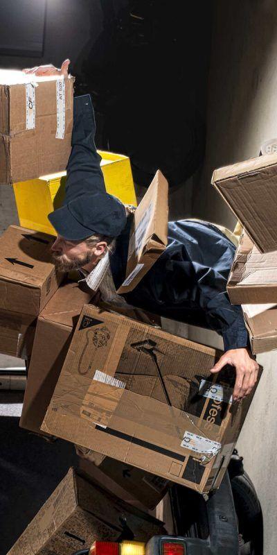"""""""Pakete Pakete"""" von Tobias Fend wird zuerst in der Schweiz gezeigt. Feinig"""
