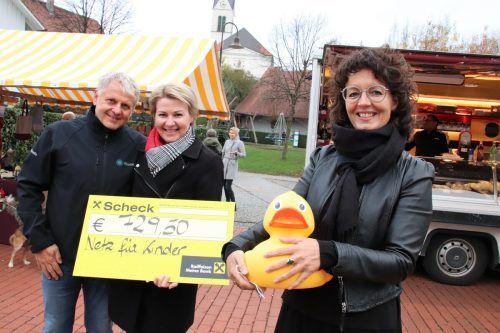 Petra und Michael Fröwis übergaben den Scheck an Conny Amann.nam/4