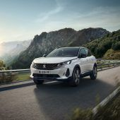 """<p class=""""caption"""">Peugeot 3008: Nach der jüngst erfolgten optischen sowie technischen Überarbeitung zeigt die Licht-Signatur Säbelzähne im Stil seines Mittelklasslers 508.</p>"""