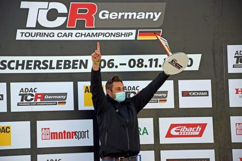 Pokal für den Meistertitel in der neuen DTM-Trophy: Daniel Weber. pr