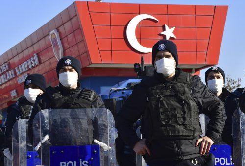Polizisten bewachen den Eingang des Gerichtsgebäudes in Ankara. AP