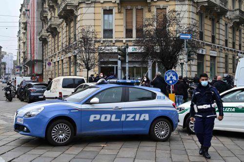 Polizisten stehen vor dem Gebäude der Credit Agricole in Mailand. AFP