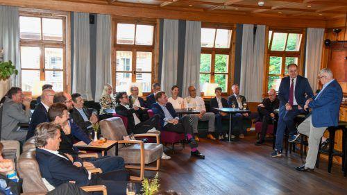 Referent Joschka Fischer im Gespräch mit VN-Chefredakteur Gerold Riedmann beim Business Circle im Hirschen in Schwarzenberg.