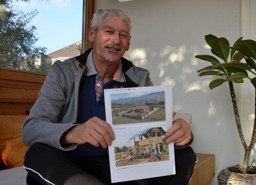 Reinhard Dür zeigt stolz ein Foto mit dem Heim für Straßenkinder. HRJ