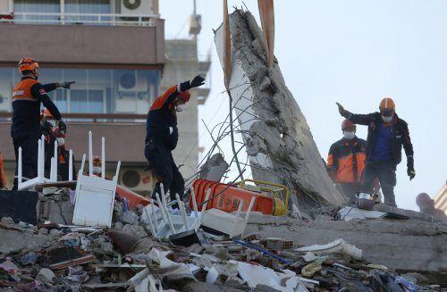 Rettungsteams suchen in den eingestürzten Gebäudenseit Tagen nach Überlebenden. Die Hoffnung schwindet. afp