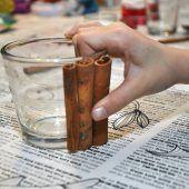 """<p class=""""bodytext"""">Schneidet ein Band in der passenden Größe zu, umwickelt das Glas und bindet das Band mit einer Schleife zu.</p>"""
