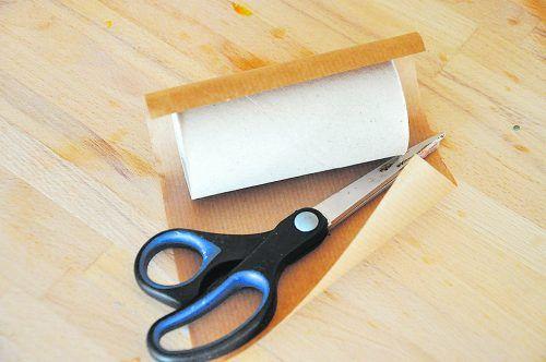 Schneidet ein Stück Packpapier in der passenden Größe aus.