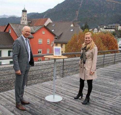 Schulqualitätsmanagerin Judith Sauerwein von der Bildungsdirektion Süd mit dem Vorstandsvorsitzendem Christian Ertl.Sparkasse