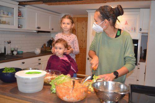 Sozialbetreuerin Elena Fessler lässt die Kinder gerne beim Kochen helfen.caritas