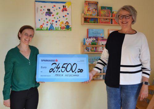 Stellenleiterin Doris Müller bei der Überreichung des Spendenschecks durch Kabarettistin Maria Neuschmid.Caritas
