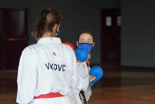 Trainiert wurde mit Schutzmasken in einem zur Trainingshalle umfunktionierten Seminarraum des Hotels. Karate Austria