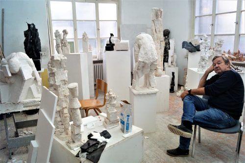 Udo Rabensteiner in seinem Atelier, umgeben von seinen Werken.