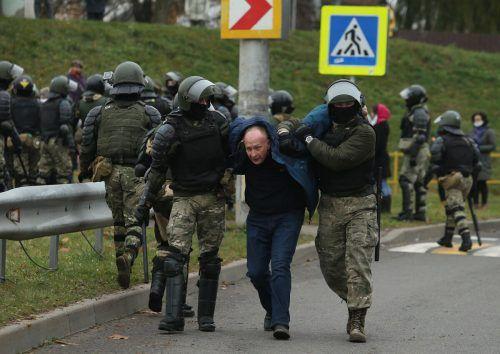 Vermummte Sicherheitskräfte in Aktion.