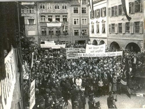 """Vorarlberger, Liechtensteiner und Schweizer demonstrierten in Feldkirch gegen die geplante Nutzung von """"schmutziger Energie"""" in Rüthi (1965)."""