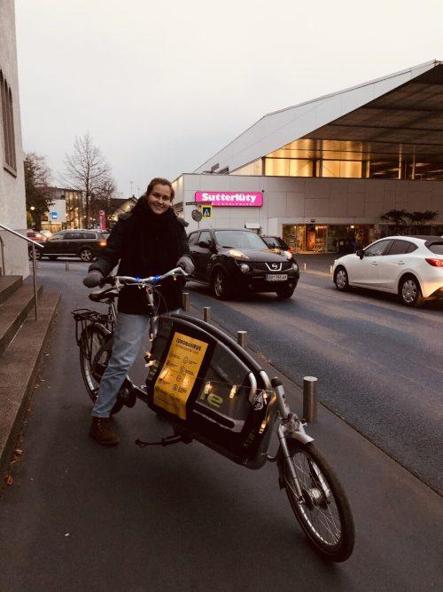 Wegen des Lockdowns ist Lilian Haaga derzeit viel mit dem Fahrrad im Rahmen der Mobilen Jugendarbeit unterwegs.OJAL