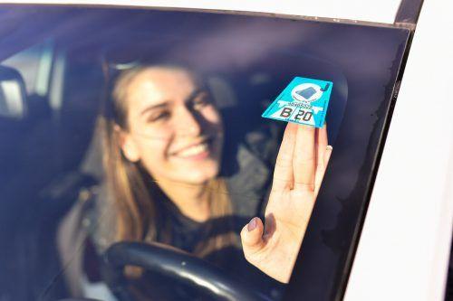 Wer die Vignette nicht an die Autoscheibe kleben will, kann seit Mitte 2018 auf die digitale Variante zurückgreifen. VN/Steurer