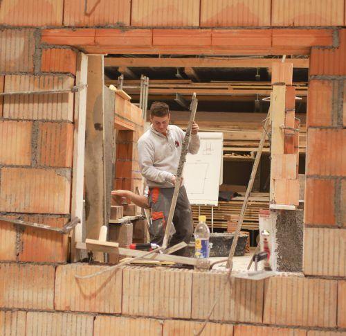 Wer Lehrlinge am Bau ausbildet, erhält von der Innung Unterstützung. VN/Hartinger