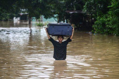 Zahlreiche Menschen mussten wegen massiver Überflutungen ihre Häuser verlassen.