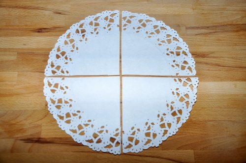 Zuerst schneidet ihr die Tortenspitze in vier Teile.
