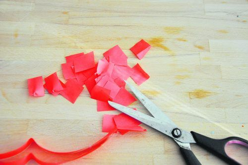 Zuerst zerschneidet oder zerreißt ihr das Seidenpapier (oder Transparentpapier) in viele kleine Schnipsel.