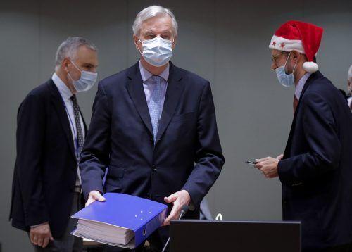 1250 Seiten umfasst der Handelspakt zwischen derEU und Großbritannien, den Chefverhandler Michel Barnier in seinen Händen hält. AP