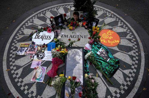 40 Jahre nach dem Mord an John Lennon erinnern Bilder bei der Gedenkstätte Strawberry Fields im Central Park an den Musiker. AFP