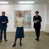 """<p class=""""caption"""">Abgeordneter Christoph Thoma (l.) sowie Künstlerin Doris Piwonka und LT-Vizepräsidentin Monika Vonier im Kunstforum. BI</p>"""