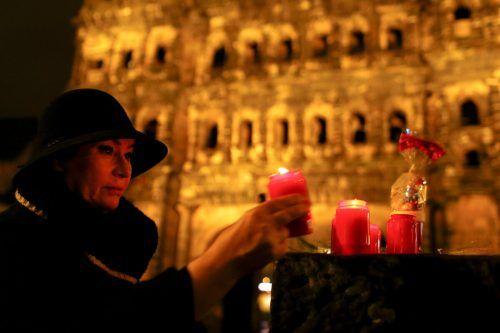 Am Abend stellten Bürger Kerzen auf, an der Porta Nigra flackerten kleine Teelichter.