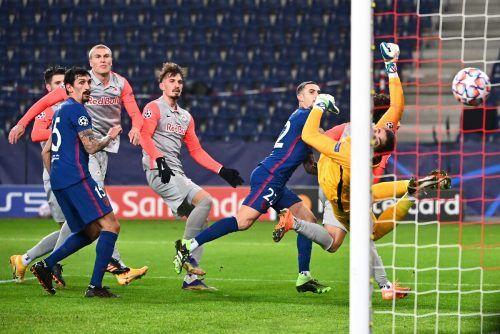 Atlético Madrid setzte sich im Showdown um das Achtelfinale der Champions League gegen Salzburg mit 2:0 durch. Beim 1:0 durch Hermoso war Goalie Stankovic chancenlos.apa