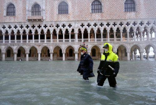 Auf dem Markusplatz wateten die Menschen knietief durch das Wasser. Reuters