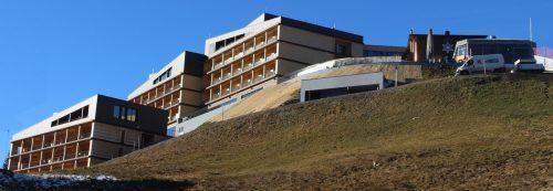 Auf der Anhöhe über der Furkastraße präsentiert sich der neue auf Vier-Sterne-Superior-Niveau aufgewertete und erweiterte Alpenstern. stp/3