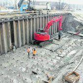"""<p class=""""caption"""">Auf der Fußacher Seite ist der Bau der Stützpfeiler weit fortgeschritten. Im Hintergund die Zelthalle, in der die Tragsegmente für den Vorschub über den Rhein gebaut werden. GG</p>"""