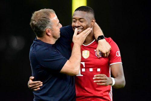 Bayern-Erfolgstrainer Hansi Flick (l.) freute sich mit Legionär David Alaba im Juli über den Sieg des DFB-Pokalfinales über Bayer Leverkusen.AFP
