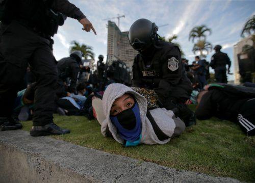 Bei einem Protest gegen die Benachteiligung junger Menschen bei staatlichen Coronahilfen in Panama City wird ein Mann festgenommen. AFP