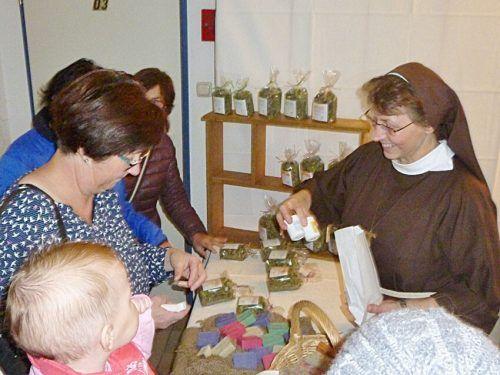 Beim Marktstand der Klaraschwestern gibt es Kräuter, Seifen und andere Produkte. Klaraschwestern