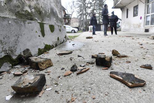 Bewohner begutachten in Sisak, Kroatien, die Schäden, die durch das Erdbeben an ihren Häusern entstanden. AP