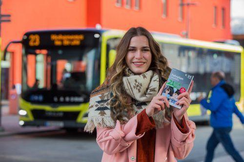 Daria aus Feldkirch hat sich bereits einen gedruckten Fahrplan gesichert. VN/Steurer