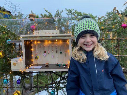 Der 6-jährige Fynn aus Bludenz hat ein weihnachtlich geschmücktes Kästen gebaut, in dem verschiedene Glücksbringer zum Mitnehmen sind.Privat