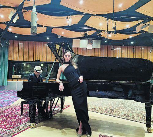 """Der erste offizielle Auftritt als Sängerin im Freudenhaus in Lustenau fiel für Laura Bilgeri coronabedingt ins Wasser. Stattdessen wird sie heute, Samstag, gemeinsam mit dem Pianisten Christof Waibel ein Online-Konzert geben, das aus den Little Big Beat Studios übertragen wird. """"Das Konzert wird mit sieben Kameras aufgezeichnet und weltweit live übertragen. Damit erreichen wir durch einen einzigen Klick eine große Menge an Menschen"""", freut sich Bilgeri. Auf dem Programm stehen zwei Live-Shows (20.15 und 00.00 Uhr). """"Es wird eine Zeitreise zu den glorreichen Songs der Vergangenheit"""", verrät die Sängerin. Zuschauer erhalten neben der Musik auch spannende Einblicke in den Produktionsprozess einer professionellen Musik- und Videoaufnahme. Tickets gibt es für 9,90 Euro."""